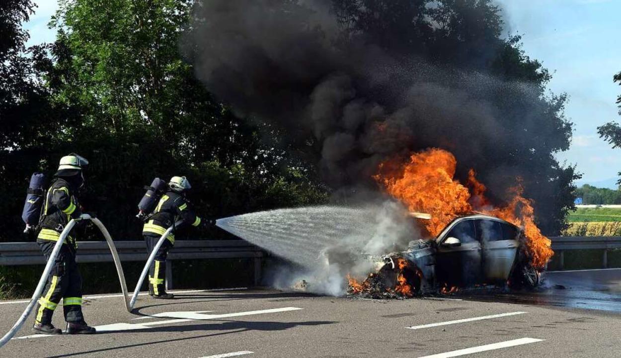 Die Feuerwehr löschte den Brand, konnte das Fahrzeug aber nicht retten.    Foto: Wolfgang Künstle