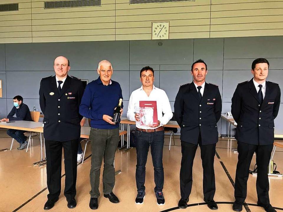 Gerhard Heine (Mitte) wurde geehrt von...tellvertretender Abteilungskommandant.    Foto: Gabriele Hennicke