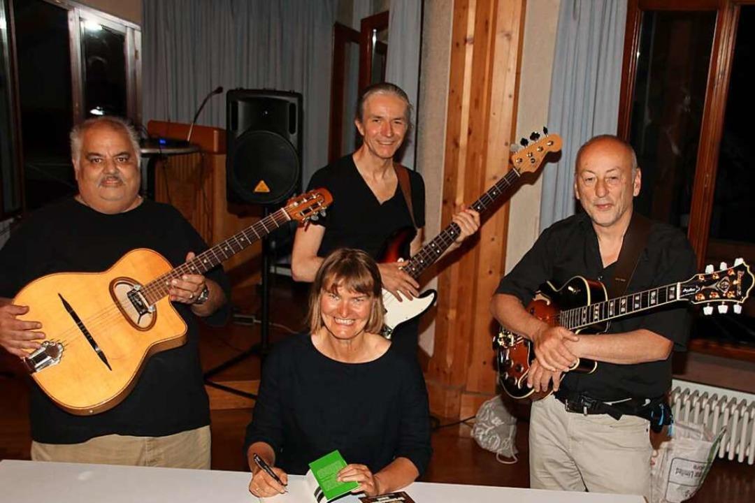 Autorin Iris Lemanczyk mit dem Gigolo Reinhardt Jazztett im Merdinger Bürgersaal  | Foto: Mario Schöneberg