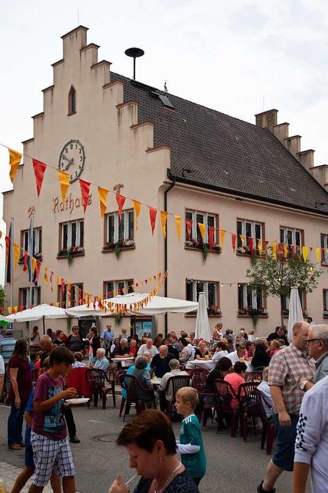 Das Fest am Bugginger Rathaus findet diesen  Juli nicht statt.  | Foto: Volker Münch