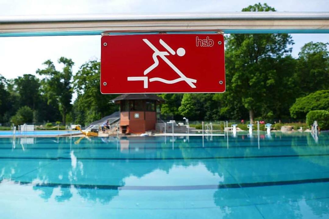 Das neue Schwimmerbecken ist quasi fertig, aber das Drumherum noch nicht.    Foto: Sattelberger
