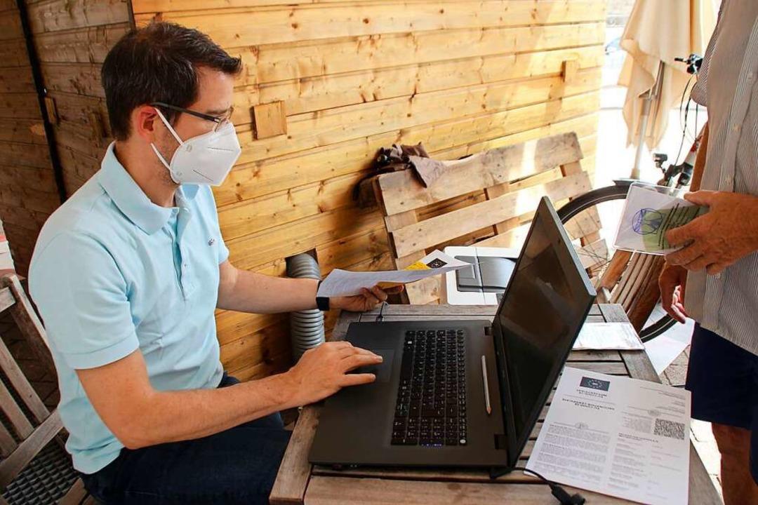 Viktor Weber bei der Digitalisierungsa... Euro werden ihm pro Vorgang vergütet.    Foto: Erika Sieberts