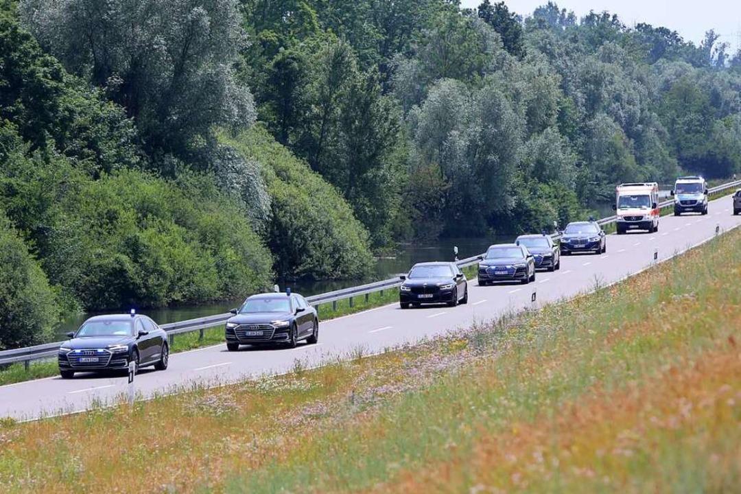 In zwei Dutzend Limousinen und Transpo...ie Konvois zusätzlich aus der Luft ab.  | Foto: Christoph Breithaupt