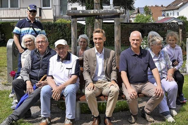 VdK spendet neue Bank für Gundelfinger Friedhof