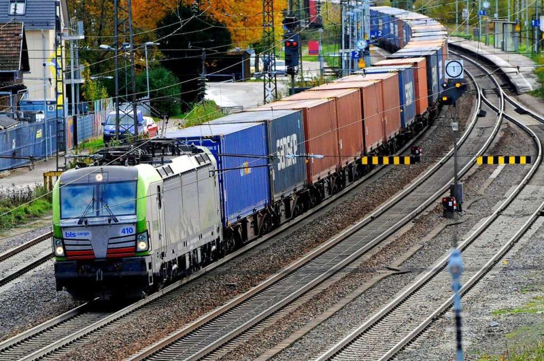 Ein Güterzug fährt durch den Bahnhof R...austrecke entlang der Autobahn rollen.  | Foto: Siegfried Gollrad