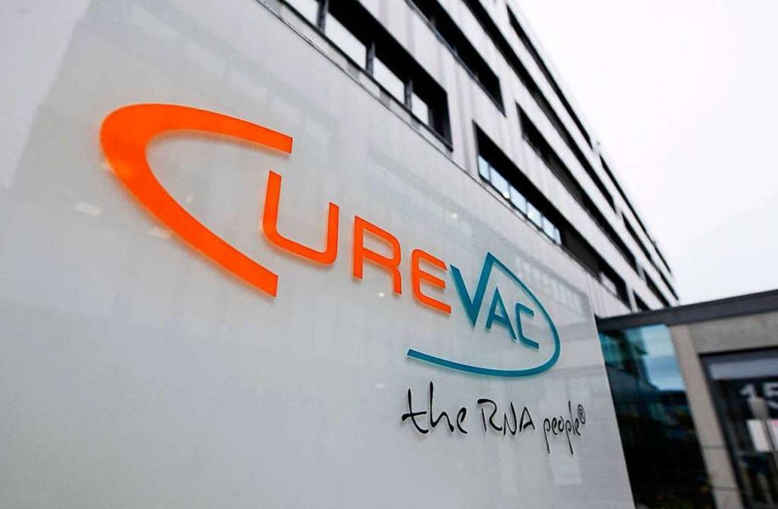 Am Sitz von Curevac  heißt es, dass die Forschungen fortgesetzt werden.  | Foto: THOMAS KIENZLE (AFP)