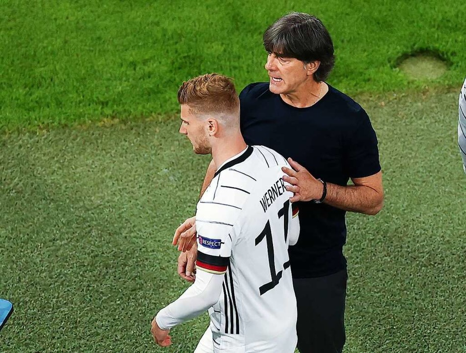 Bundestrainer Joachim Löw – hier...Taktik des Coaches gegen Portugal aus?  | Foto: Christian Charisius (dpa)