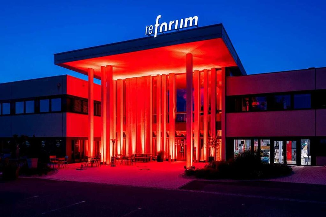 Bereits im Juni 2020 erstrahlte das Bi...Zuge der Protestaktion in rotem Licht.  | Foto: Agentur madebyhand.de/ alexschelbert.de
