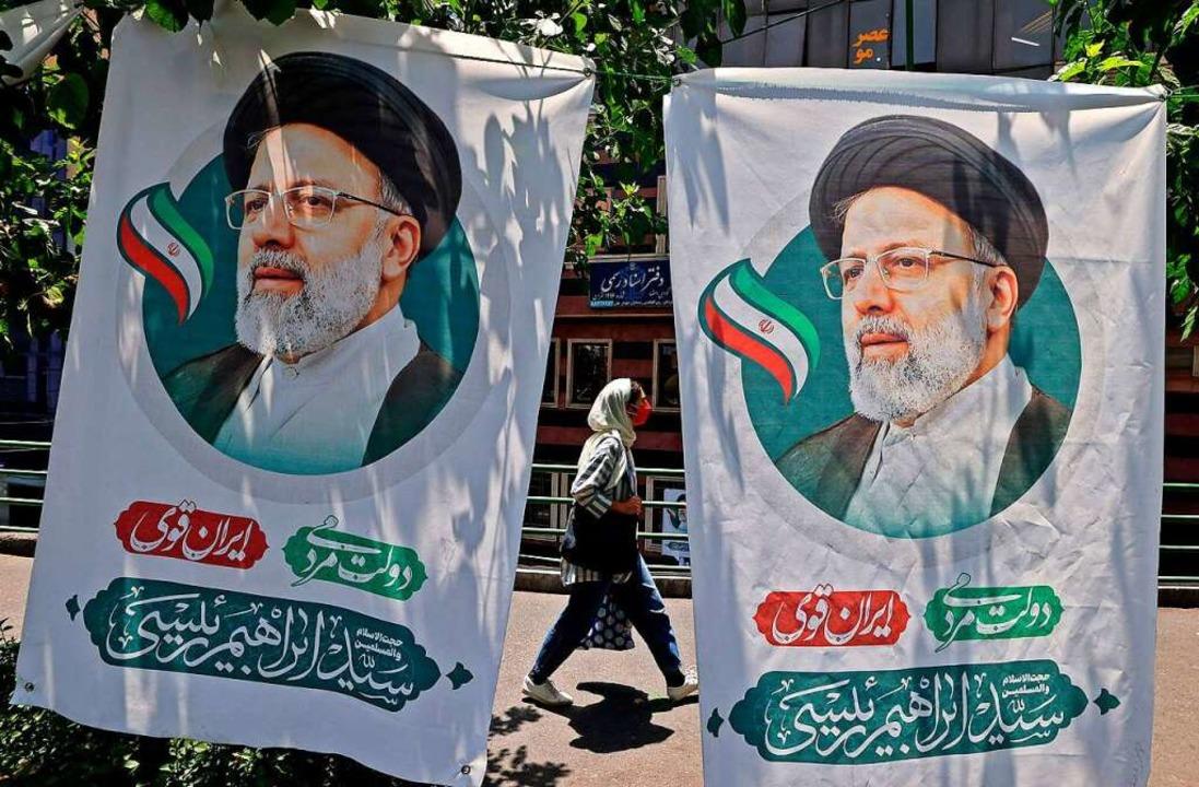 Wahlbanner des Präsidentschaftskandida...him Raisi an einer Straße in Teheran.   | Foto: ATTA KENARE (AFP)