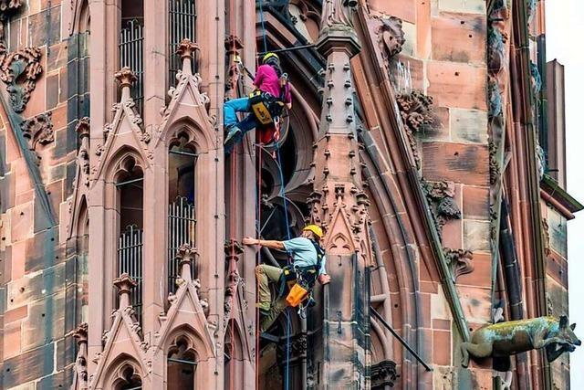 Kletterer kontrollieren bald auf dem Freiburger Münsterturm
