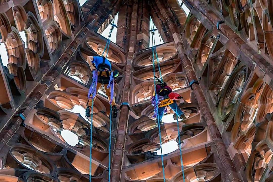 Die Kletterer hangel sich auch durch d...re des Turmhelms. Archivbild von 2020.    Foto: Archiv Münsterbauverein