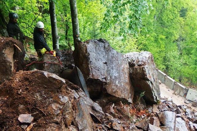 In Simonswald werden zwei Felsen mit Luftdruck entfernt