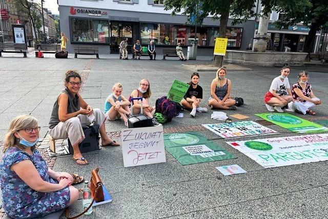 Klimastreik im kleinen Kreis auf dem Lörracher Marktplatz