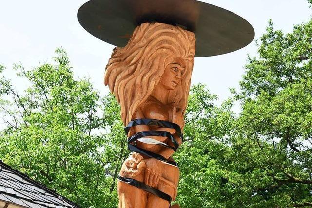 Unbekannte bekleben umstrittene Holzskulptur im Freiburger Lorettobad