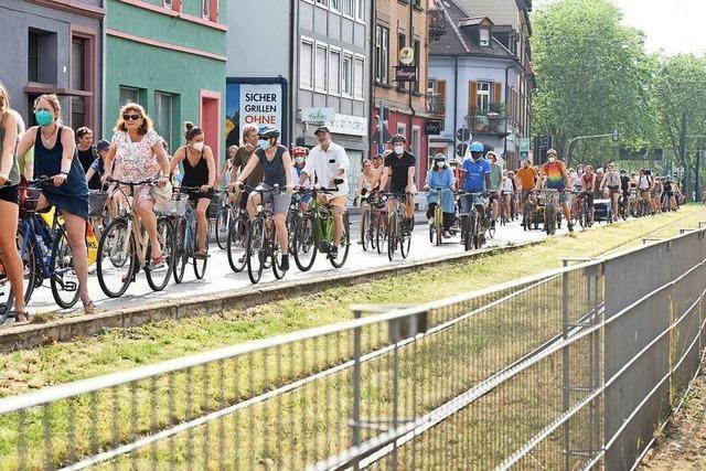 Mehrere hundert junge Menschen fordern klimaneutrales Freiburg