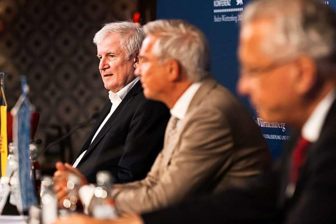 Horst Seehofer, Bundesinnenminister, T...nnenministerkonferenz auf einem Podium  | Foto: Philipp von Ditfurth (dpa)