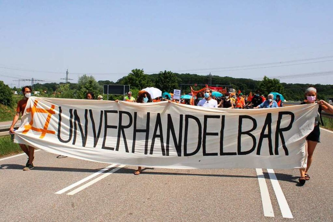 Aktivisten demonstrierten vor dem Euro...ngen nach Syrien und in andere Länder.  | Foto: Annika Sindlinger