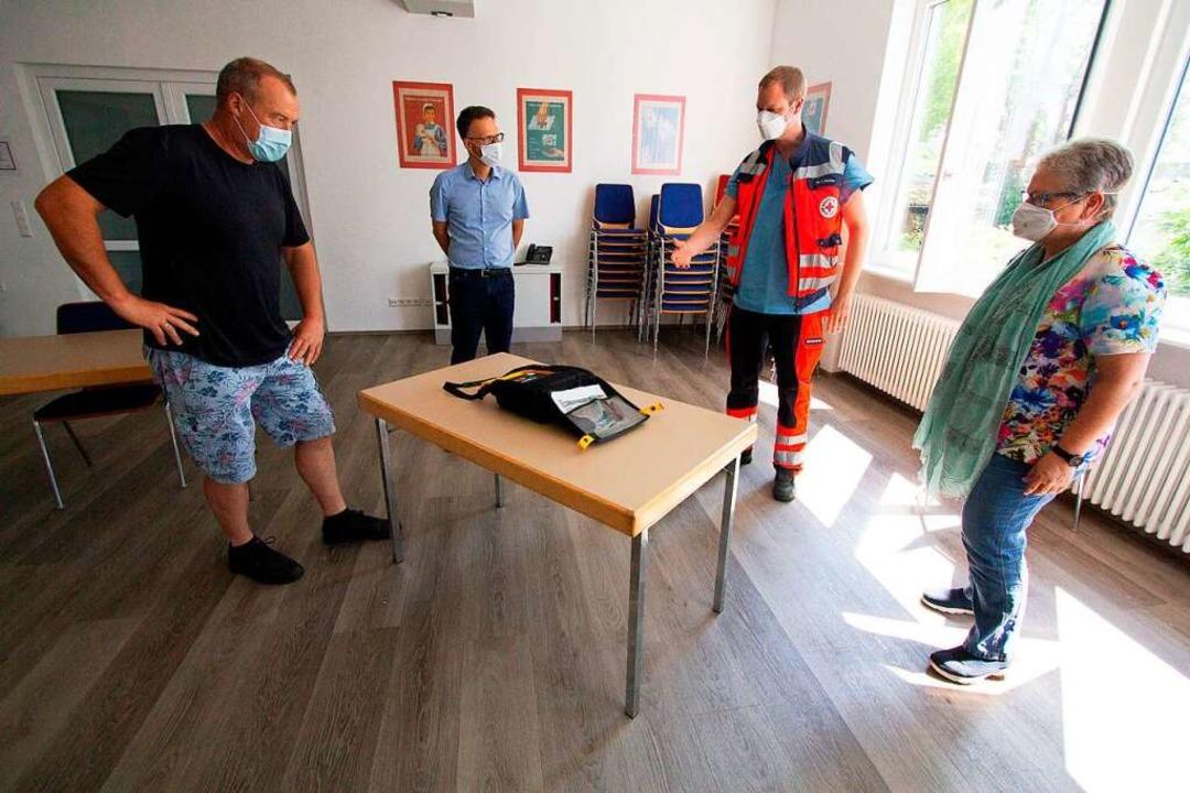 Alfred Mayer, Alexander Breisacher, Fa...inen Defibrillator zur Wiederbelebung.    Foto: Patrik Müller