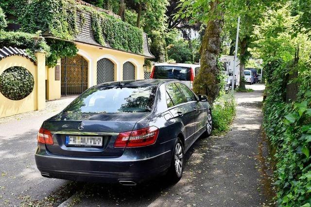 Wer in Freiburg auf dem Gehweg parkt, zahlt in Zukunft Strafe
