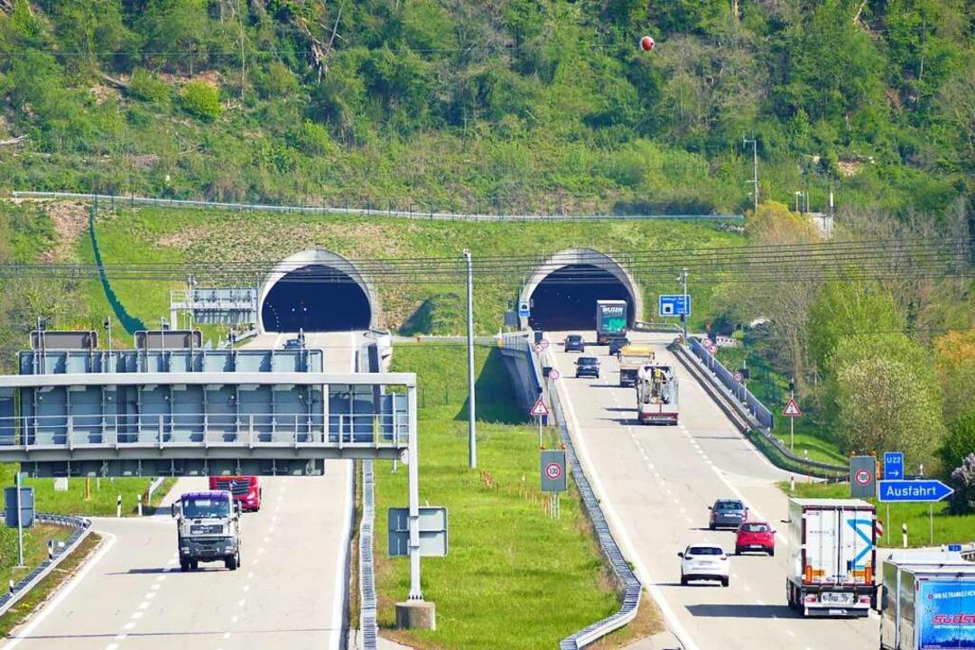 Der Nollinger Bergtunnel war am Sonntagmorgen kurzweilig gesperrt.  | Foto: Verena Pichler