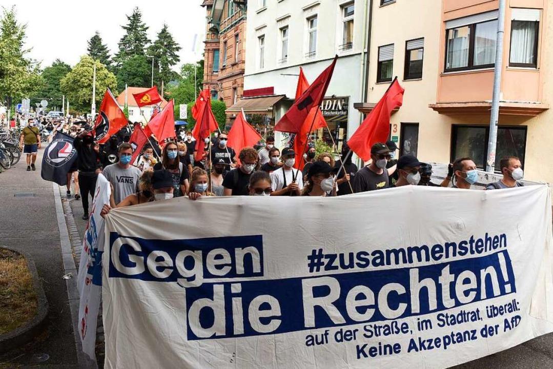 Überwiegend friedlich verlief die antifaschistische Demonstration am Abend.  | Foto: Rita Eggstein