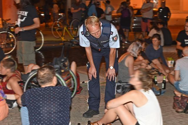 Freiburger Polizei räumt mehrere Plätze mit hunderten Feiernden