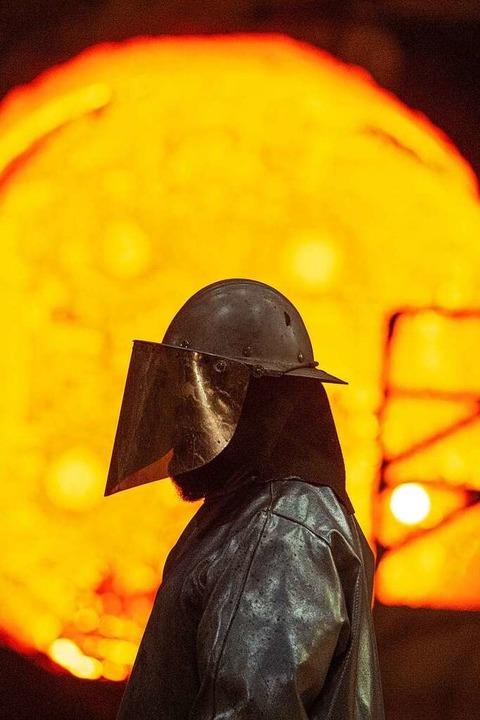 Ein Stahlarbeiter vor einer glühenden Roheisenpfanne  | Foto: Christophe Gateau