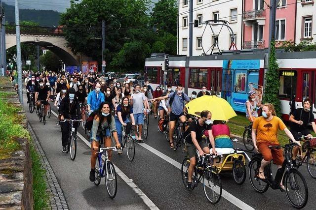Hunderte demonstrieren gegen Schließung von Kiosk am Lederleplatz