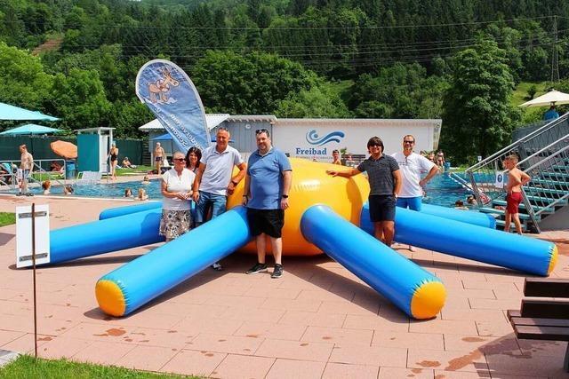 Ein Riesenkrake sorgt für großen Spaß im Schönauer Freibad