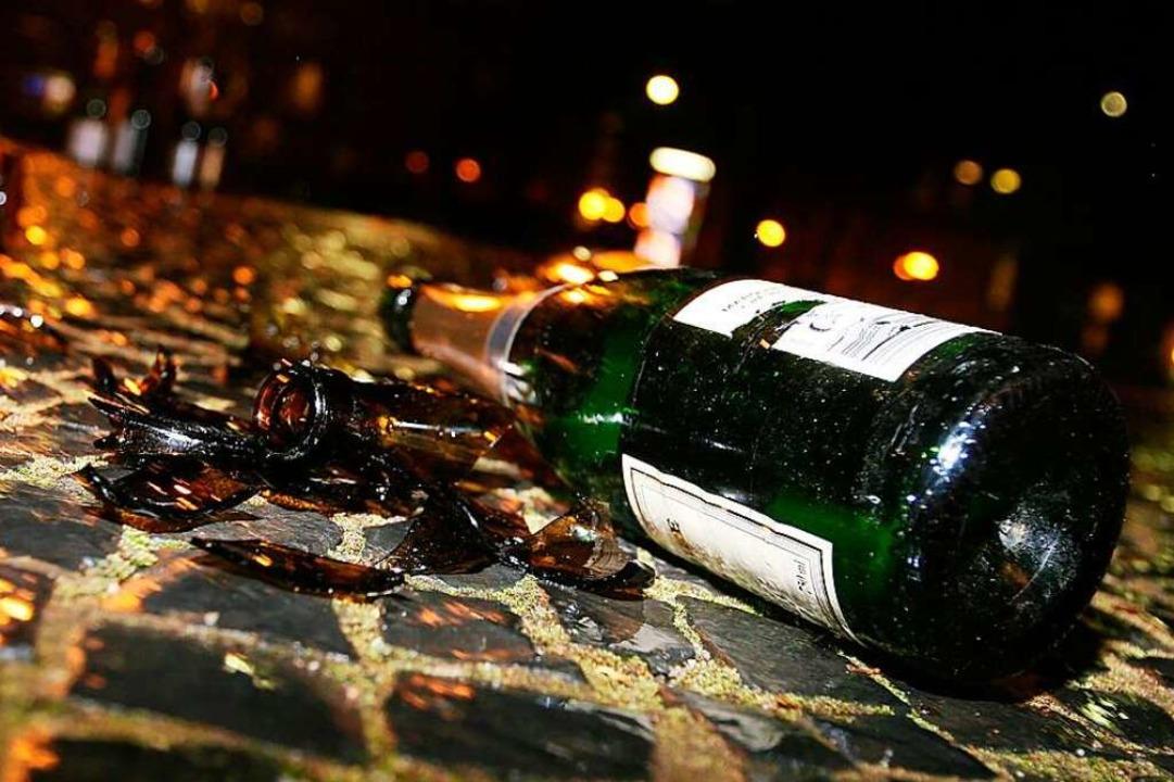 Glasflaschen werden mit zunehmender Al...sierung zur Gefahr, warnt die Polizei.  | Foto: Rita Eggstein