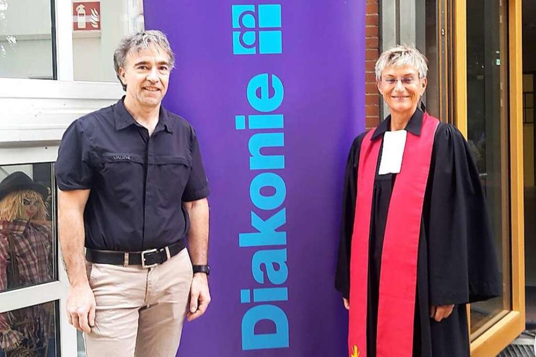 Dekanin Bärbel Schäfer (rechts) führt ...ftsführer des Diakonischen Werkes ein.    Foto: Regine Ounas-Kräusel