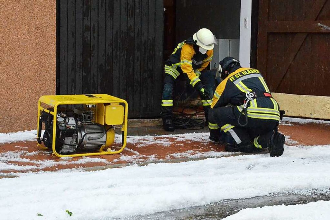 Einsatzkräfte der Feuerwehr St. Blasie...asser aus einem Keller in St. Blasien.  | Foto: Sebastian Barthmes
