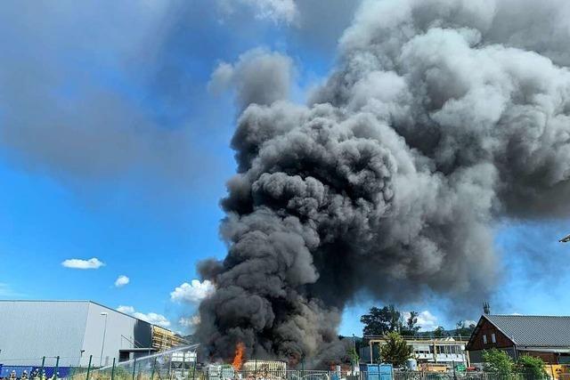 Riesige Rauchsäule über Offenburg zieht viele Gaffer an