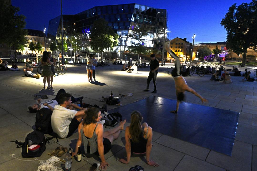 Viel los ist abends am Platz der Alten...Glasverbot, um Müllberge zu vermeiden.  | Foto: Thomas Kunz