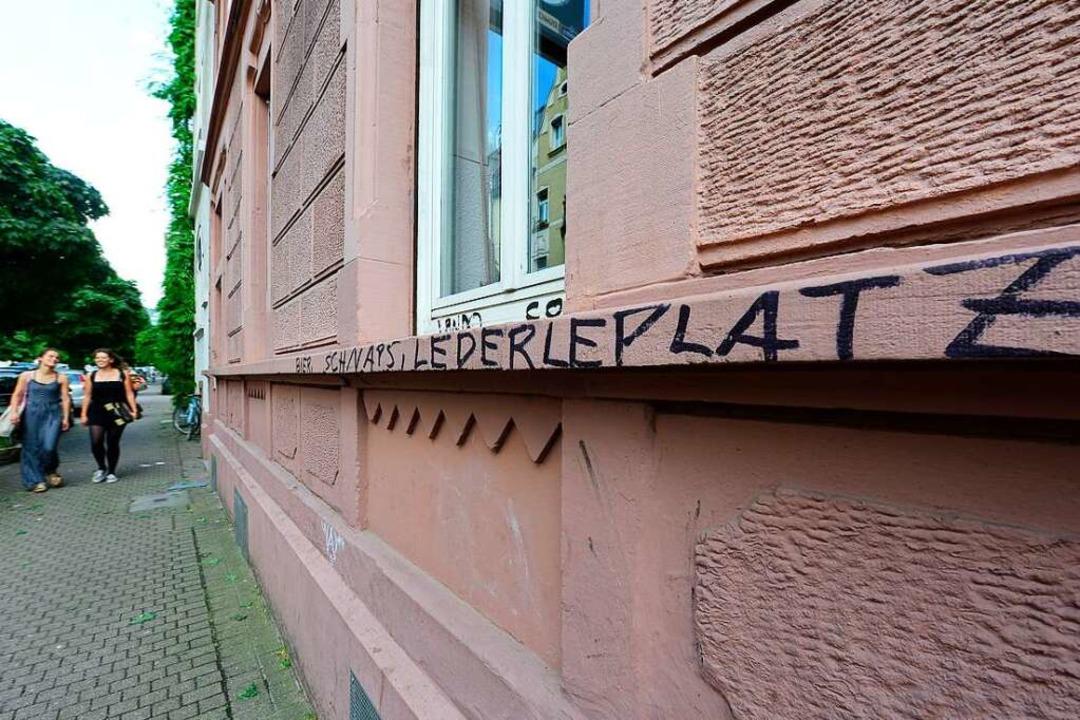 """""""Bier, Schnaps, Lederleplatz&#82... wurden dabei Häuserfassaden besprüht.    Foto: Ingo Schneider"""