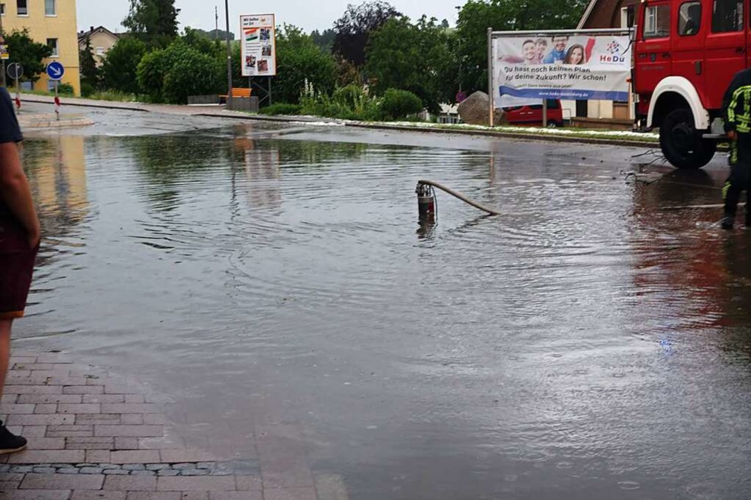 Mit einer Pumpe wurde der unter Wasser...h an der Germania wieder frei gemacht.  | Foto: Feuerwehr Bonndorf