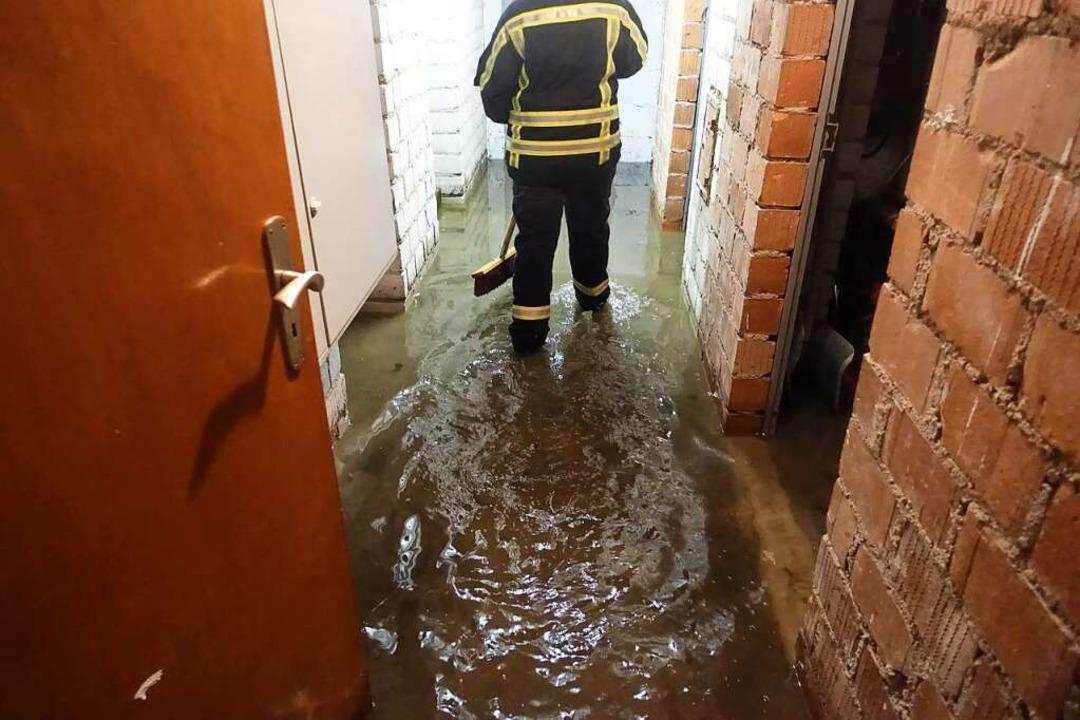 Ein Feuerwehrmann watet durch einen überschwemmten Kellerbereich.  | Foto: Feuerwehr Bonndorf