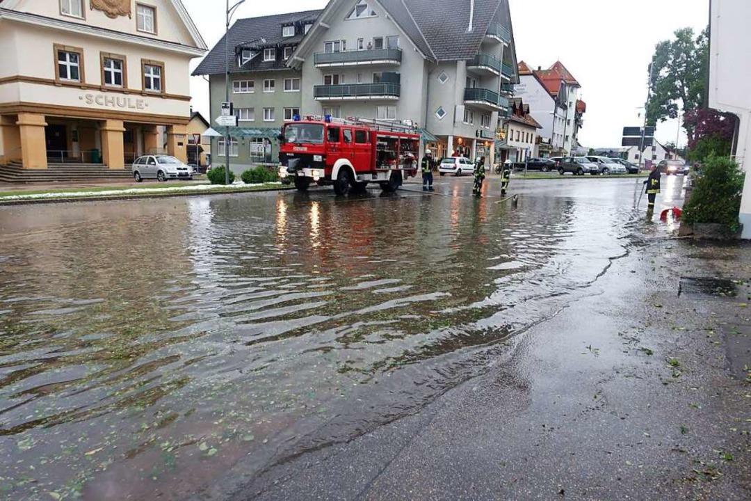 Über den Germania-Kreuzungsbereich hin... Grundschule vorbei hinab zum Schloss.  | Foto: Feuerwehr Bonndorf