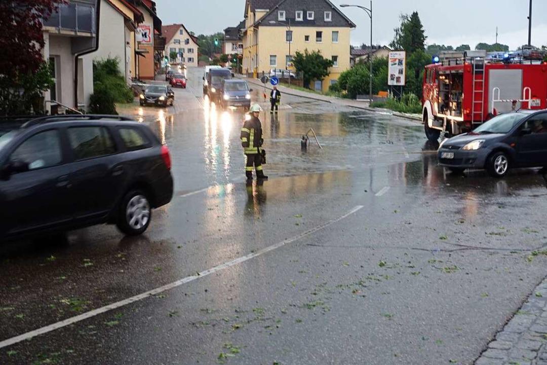 Die Feuerwehr regelte den Straßenverke...uzungsbereich, der unter Wasser stand.  | Foto: Feuerwehr Bonndorf