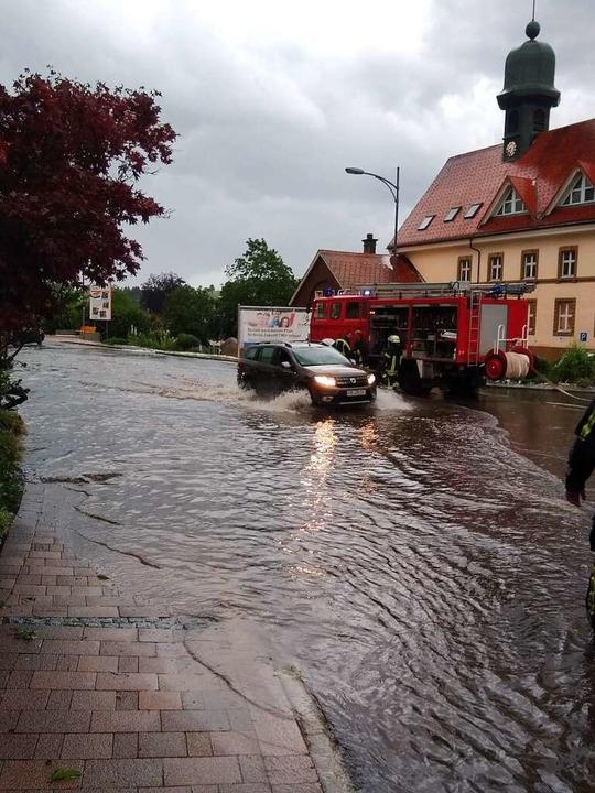 Im Schritttempo passierten Fahrzeuge d...Kreuzungsbereich am Gasthaus Germania.  | Foto: Feuerwehr Bonndorf