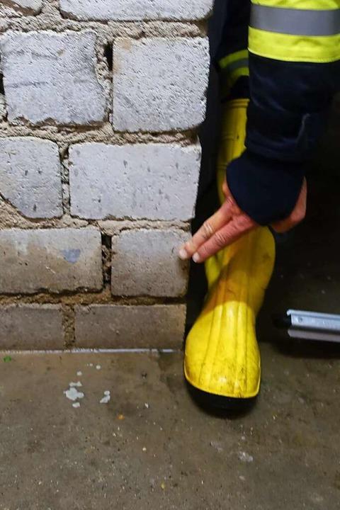 Mehr als Knöchelhoch wurden in Bonndor...e Kellerbereiche unter Wasser gesetzt.  | Foto: Feuerwehr Bonndorf