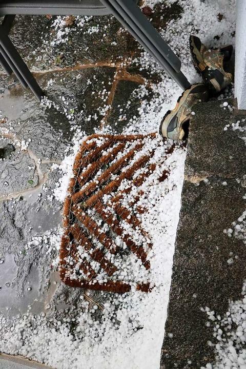 Hagelkörner sammelten sich an den Hauswänden und vor Türen.  | Foto: Martha Weishaar