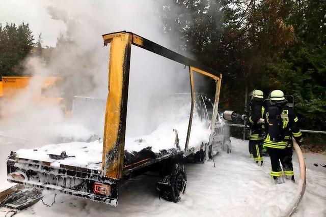 Zwei Elektroautos der Post gehen in Staufen in Flammen auf