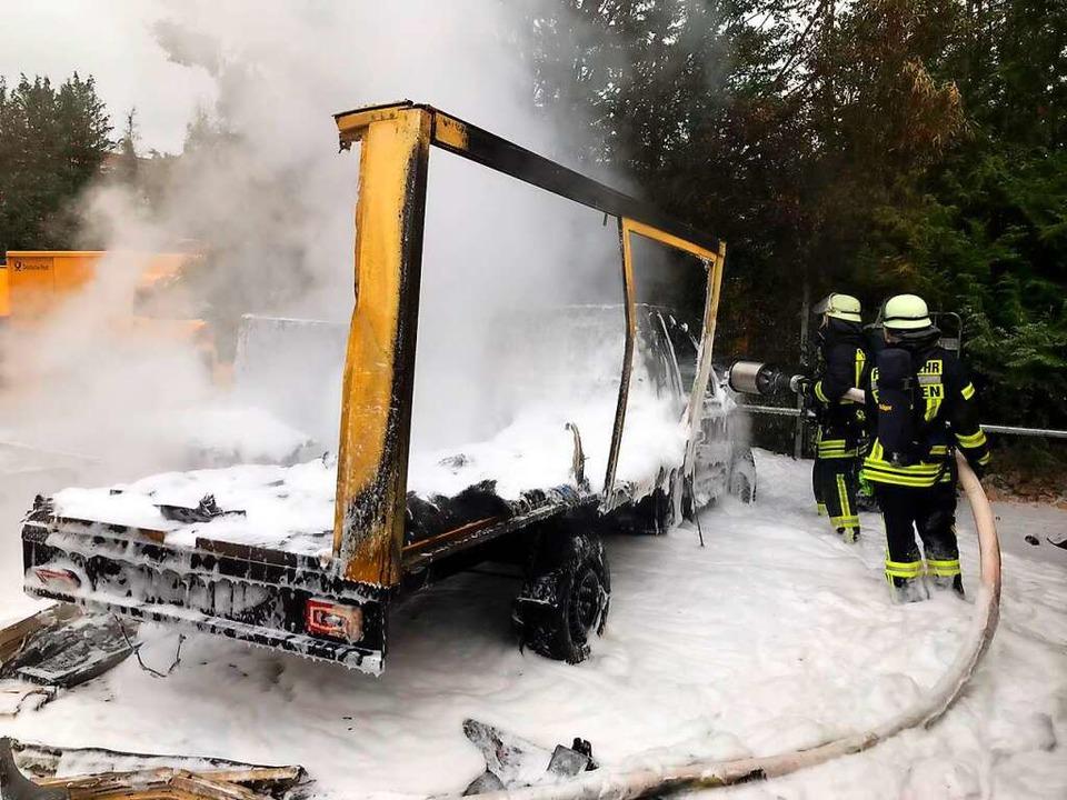 Völlig ausgebrannt: Elektroauto der Post in Staufen  | Foto: Feuerwehr Staufen