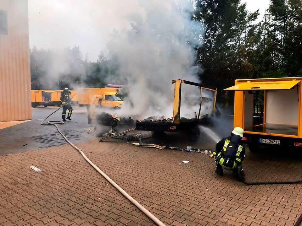 Zwei Elektroautos brannten komplett au...bäude konnte die Feuerwehr verhindern.  | Foto: Feuerwehr Staufen