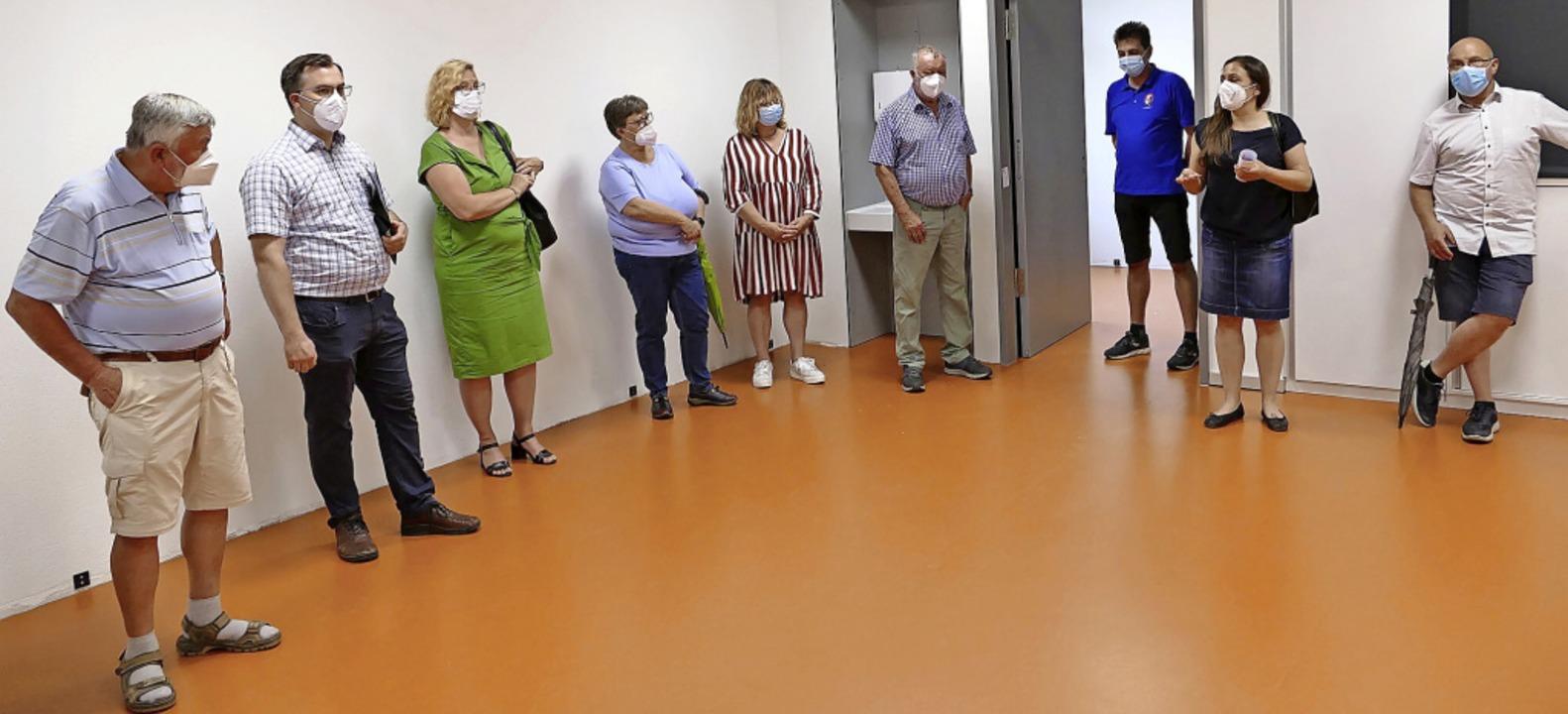 Interessierte Zuhörer auf orangenem Bo...fortschritt in der Hans-Thoma-Schule.   | Foto: Martin Köpfer