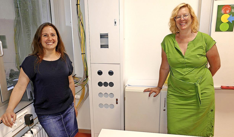 Rektorin Janine Regel-Zachmann (rechts...allen Klassenzimmern installiert sind.  | Foto: Martin Köpfer