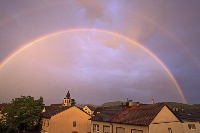 Doppelter Regenbogen über Steinen