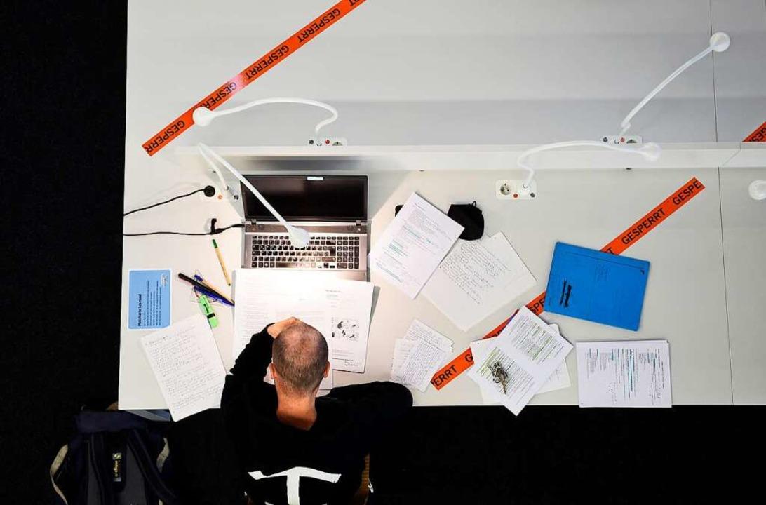 Arbeiten in der UB während der Corona-Krise.    Foto: Thomas Kunz