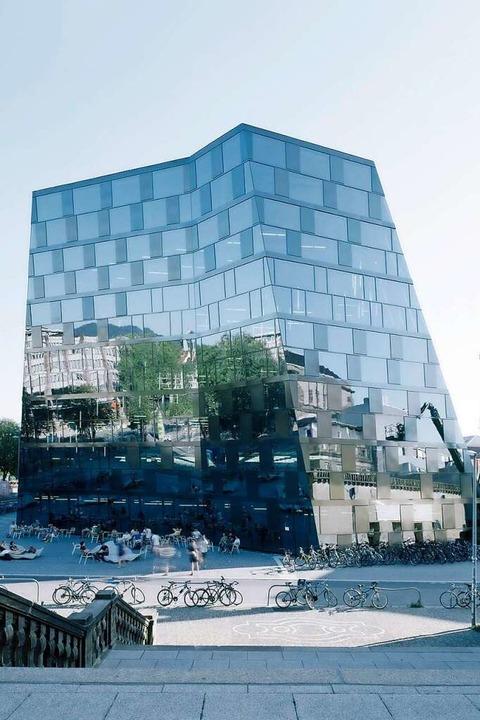 Die Spiegelung der umliegenden Gebäude ist Teil des architektonischen Konzepts.    Foto: Barbara Bühler